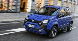 Fiat Panda City Cross Blu Waze in movimento