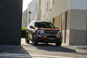 XUV500 action 3566-30
